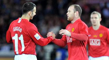 Manchester United's Wayne Rooney is congratulated by Ryan Giggs after scoring team's fifth goal against Gamba Osaka during the semi-final of the FIFA Club World Cup 2008 in Yokohama, on December 18, 2008. Manchester United won 5-3. AFP PHOTO/Tor