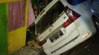 Gempa magnitudo yang berkekuatan 6,4 ini juga membuat salah satu mobil mengalami kecelakaan.(Liputan6.com/Arfandi Ibrahim)