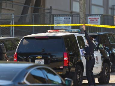 Kepolisian setempat dikerahkan ke lokasi penembakan di sekolah menengah Salvador B Castro, Los Angeles, Kamis (1/2). Seorang remaja perempuan diyakini berusia 12 tahun melepaskan tembakan saat pelajaran sedang berlangsung. (AP/Damian Dovarganes)