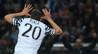 Striker Juventus, Marko Pjaca berselebrasi usai mencetak gol ke gawang Porto pada leg pertama babak 16 besar Liga Champions di Estadio do Dragao, Porto, Rabu (22/2). Pjaca mencetak gol memanfaatkan bola liar di kotak penalti Porto. (AP Photo/Paulo Duarte)