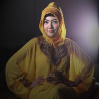 Perempuan bernama asli Sofina Rutami Nasution ini mengenakan busana warna kuning dan hijab warna senada. (Wimbarsana/Bintang.com)