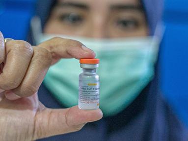 Petugas kesehatan menunjukkan vaksin Covid-19 buatan Sinovac Biotech Ltd. di Puskesmas Cilincing, Jakarta, Rabu (13/1/2021). Pemprov DKI akan menggelar vaksinasi di 453 fasilitas kesehatan DKI Jakarta dengan jumlah dosis vaksin yang sudah diterima sebanyak 39.200 vaksin. (Liputan6.com/Faizal Fanani)