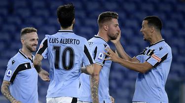 Lazio dikenal sebagai tim yang mempunyai komposisi pemain yang merata justru dari para legiun asingnya. Salah satu negara yang memasok pemain hebat untuk Lazio adalah Serbia. Berikut 5 pemain Serbia yang pernah dan masih memperkuat Lazio hingga kini.  (AFP/Filippo Monteforte)