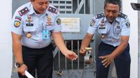 Dua Narapidana penghuni Rutan Klass II B Kabupaten Sumenep, Madura, Jawa Timur, nekat melarikan diri dengan mencongkel dinding menggunakan sendok makan. (Liputan6.com/ Mohamad Fahrul)