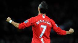 Cristiano Ronaldo telah lebih dahulu menggunakan jersey bernomor punggung 7 di Manchester United yaitu pada periode pertamanya bersama Setan Merah mulai 2003/2004 hingga 2008/2009 alias total 6 musim. Ia mewarisinya dari David Beckham yang hijrah ke Real Madrid. (Foto: AFP/Andrew Yates)