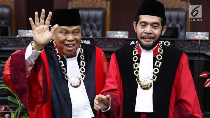Ketua Mahkamah Konstitusi (MK) terpilih Anwar Usman (kanan) dan Hakim Konstitusi Arief Hidayat usai acara pengucapan sumpah jabatan Ketua dan Wakil Ketua MK di gedung MK, Jakarta, Senin (2/4). (/Immanuel Antonius)