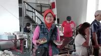 Suratin, penjual nasi kuning dan uduk di Pasar Kue Subuh Melawai. (dokumentasi pribadi)
