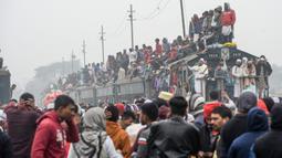Muslim Bangladesh dengan menggunakan kereta tiba untuk ambil bagian dalam Akheri Munajat (doa terakhir) selama pertemuan Muslim tahunan 'Biswa Ijtema' di Tongi, utara Dhaka, Minggu (12/1/2020). Bishwa Ijtema merupakan pertemuan gerakan Jamaah Tabligh Islam tahunan. (MUNIR UZ ZAMAN/AFP)