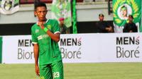 Gelandang muda Persebaya, Adam Maulana. (Bola.com/Aditya Wany)