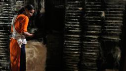 Seorang pekerja India menata bihun kering di sebuah pabrik di Prayagraj, India pada 25 April 2020. Bihun diminati di kalangan Muslim ketika mereka berbuka puasa selama bulan suci Ramadan. (AP Photo/Rajesh Kumar Singh)
