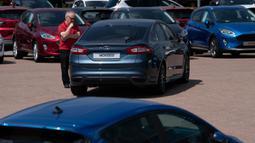 "Seorang pelanggan terlihat di antara mobil-mobil yang dijual di Bury di dekat Manchester, 1 Juni 2020. Perdana Menteri Inggris Boris Johnson pada 28 Mei lalu meluncurkan sejumlah pelonggaran kebijakan karantina wilayah (lockdown) terkait COVID-19 yang ""terbatas"" dan ""hati-hati"". (Xinhua/Jon Super)"