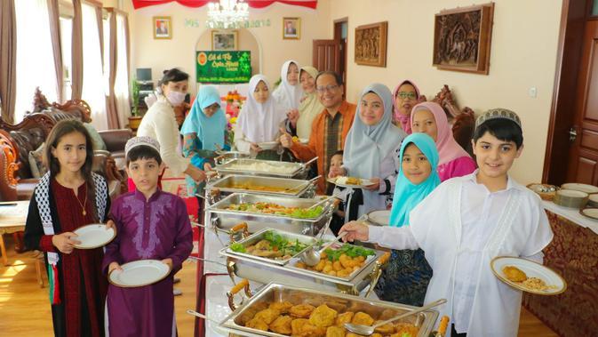 Keluarga diplomat negara-negara mayoritas Muslim, seperti Palestina, ikut hadir di open house KBRI Pyongyang. Dok: Kemlu