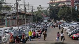 Suasana tempat parkir di Stasiun Pondok Cina, Depok, Kamis (6/8/2015). Membawa kendaraan hingga stasiun terdekat lalu berangkat menggunakan kereta bisa meminimalisir kemacetan di ibu kota. (Liputan6.com/Faizal Fanani)