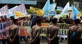 Petugas berjaga saat massa dari GEMA HOAX menggelar aksi di depan Mabes Polri, Jakarta, Rabu (17/10). Mereka menuntut dan mendesak Kapolri mengusut tuntas pelaku penyebar hoax investigasi Indonesialeaks dan Stop Hoax. (Liputan6.com/Johan Tallo)