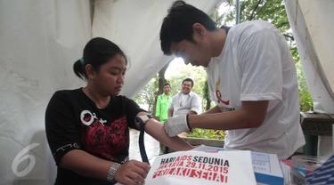 Pengunjung melakukan tes darah untuk mengecek HIV/AIDS  yang digelar Komisi Penanggulangan AIDS Provinsi (KPAP) DKI Jakarta sebagai bentuk peringatan hari AIDS sedunia di Taman Suropati, Menteng, Jakarta, Minggu (29/11/2015). (Liputan6.com/Angga Yuniar)