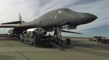 Pesawat bomber Amerika Serikat, Rockwell B-1 Lancer, saat persiapan jelang Operation Desert Fox, 1998 (Wikimedia Commons)