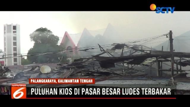 Kebakaran dengan cepat membakar los pedagang sayur dan lauk pauk di Kompleks Pasar Besar Selasa (19/6/2018) sore.