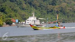 Kapal AL Serayu yang membawa pasukan TNI AL berpatroli di Dermaga Wijayapura, Cilacap, Jateng, Rabu (27/7). Kepolisian Daerah Jawa Tengah menyiagakan 1450 personel untuk pengamanan eksekusi mati tahap III di Lapas Nusakambangan (Liputan6.com/Helmi Afandi)