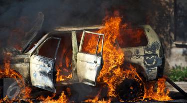 20160224-mobil terbakar-istock