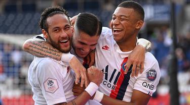 Penyerang PSG, Kylian Mbappe, merayakan gol yang dicetak Neymar ke gawang Waasland-Beveren pada laga uji coba di Parc des Princes Stadium, Sabtu (18/7/2020) dini hari WIB. PSG menang telak 7-0 atas Waasland-Beveren. (AFP/Anne-Christine Poujoulat)