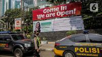 Polisi melakukan pengamanan di sekitar Hotel Holiday Inn, Gajah Mada, Jakarta, Minggu (25/4/2021). Satgas Penanganan COVID-19 menyiapkan Hotel Holiday Inn sebagai tempat karantina bagi 141 WNA khususnya asal India yang negatif COVID-19 untuk dipantau 14 hari ke depan. (Liputan6.com/Faizal Fanani)