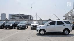 Sejumlah kendaraan terparkir di salah satu pusat perbelanjaan di kawasan Jakarta, Selasa (20/8/2019). Pemerintah Provinsi DKI Jakarta tengah mengkaji rencana untuk menaikkan tarif parkir di ibu kota sebagai bagian dari usaha mengurangi kemacetan dan polusi udara. (merdeka.com/Iqbal S Nugroho)