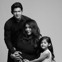 Foto hitam putih yang diunggah sejak 15 April itu mendapatkan puluhan ribu likes dari warganet. Beragam komentar netizen melihat foto maternity pasangan yang menikah sejak 2012 ini. (instagram/audyitem)
