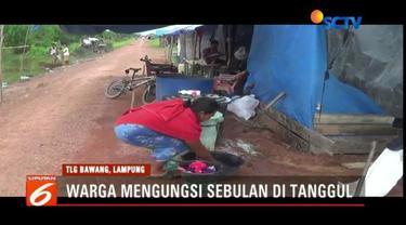 Sebulan mengungsi akibat banjir, warga Tulang Bawang, Lampung, kesulitan mendapatkan air bersih untuk kebutuhan sehari-hari.