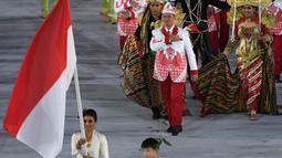 Kontingen atlet Indonesia saat parade upacara pembukaan Olimpiade 2016 di Stadion Maracana, Rio de Janeiro, Brasil (5/8). Kostum Indonesia yang didesain Prima Suci Ariani tersebut kali pertama diperkenalkan pada 15 Juli 2016. (PEDRO UGARTE / AFP)