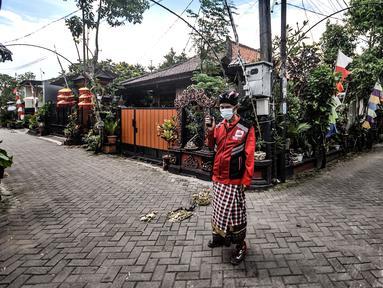Puryanto (50) yang bertugas sebagai pecalang menjaga perayaan Hari Raya Nyepi di Kampung Bali, Harapan Jaya, Bekasi, Jawa Barat, Minggu (14/3/2021). Perayaan Hari Nyepi di Kampung Bali Bekasi berjalan khidmat meski warga di kawasan ini tidak seluruhnya umat Hindu. (merdeka.com/Iqbal S. Nugroho)