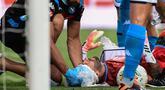 Kiper Napoli, David Ospina, mendapatkan perawatan tim medis ketika mengalami cedera laga Napoli kontra Atalanta pada Jumat (3/7/2020). Ospina yang coba menghalau bola berbenturan dengan Mario Rui dan Mattia Caldara dan mengalami cedera pendarahan di bagian kepala. (AFP/Miguel Medina)