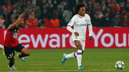 Pemain Chelsea Willian (kanan) dikejar oleh pemain Lille Reinildo Mandava pada lanjutan Liga Champions di Stade Pierre-Mauroy, Lille, Prancis, Rabu (2/10/2019). The Blues menang 2-1. (AP Photo/Michel Spingler)