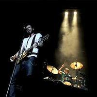 Vokalis Maroon 5 Adam Levine dan drummer Matt Flynn beraksi di atas panggung dalam konser Maroon 5 gelaran Javamusikindo di Istora Senayan, Jakarta.(Antara)