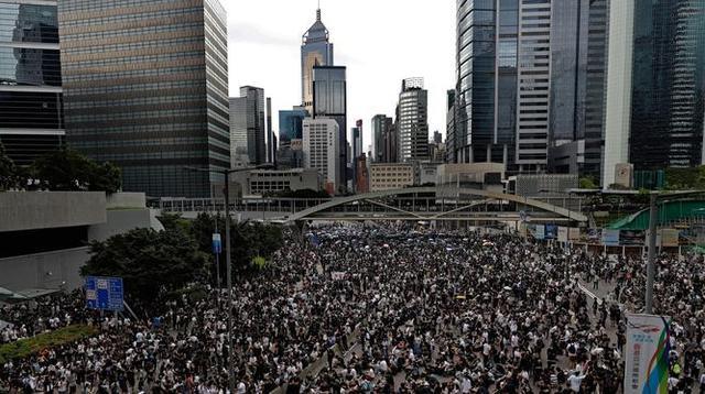 Pengunjuk rasa berkumpul di luar gedung parlemen di Hong Kong, Rabu (12/6/2019). Ribuan pengunjuk rasa memblokir pintu masuk ke kantor pusat pemerintah Hong Kong untuk memprotes RUU Ekstradisi. (AP Photo/Vincent Yu)