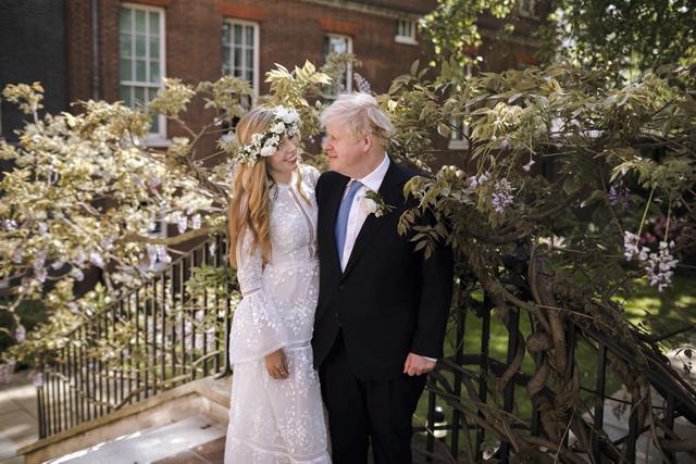 Boris Johnson dan Carrie Johnson di Downing 10 Street.  (Rebecca Fulton via AP)
