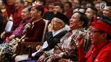 Ekspresi Ketua Umum Partai Gerindra Prabowo Subianto (kanan) yang didampingi wakil presiden terpilih Ma'ruf Amin saat menghadiri Kongres V PDIP di Bali, Kamis (8/8/2019). Kedatangan Prabowo ke Kongres PDIP untuk memenuhi undangan Ketua Umum PDIP Megawati Soekarnoputri. (Liputan6.com/JohanTallo)