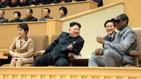 Dennis Rodman foto diambil pada 8 Januari 2014 dan diterbitkan oleh  Korean Central News Agency (KCNA) January 9, 2014 . Keduanya menonton pertandingan basket di Pyongyang (AFP/KCNA)