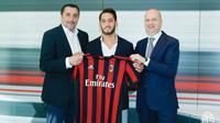 Hakan Calhanoglu resmi berkostum AC MIlan (dokumen AC Milan)