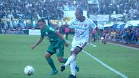 Duel antara pemain PSS Sleman, Derry Rachman, dan pemain Bali United, Leonard Tupamahu, dalam laga pekan ke-27 Shopee Liga 1 2019 di Stadion Maguwoharjo, Sleman, Rabu (6/11/2019). Pertandingan berakhir imbang tanpa gol. (Bola.com/Vincentius Atmaja)