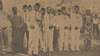 Soeratin sedang memberikan pidatonya di Stadion Sriwedari, Solo, saat pembukaan kompetisi PSSI tahun 1943. (Repro Bola.com/Dok. Koran Pemandangan)