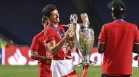 Pemain Bayern Robert Lewandowski memegang trofi setelah pertandingan final Liga Champions antara Paris Saint-Germain dan Bayern Munich di stadion Luz di Lisbon, Portugal, Minggu, 23 Agustus 2020. (David Ramos / Pool via AP)