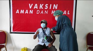 Seorang wartawan sedang mendapat suntikan vaksin sinovac tahap pertama. (Liputan6.com/ Dionisius Wilibardus)