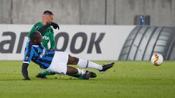 Striker Inter MIlan, Romelu Lukaku, berebut bola dengan pemain Ludogorets, Dragog Grigore dalam leg pertama 32 besar Liga Europa di Huvepharma Arena, Kamis (20/2/2020). Inter Milan sukses membawa pulang kemenangan usai mengalahkan tuan rumah Ludogorets 2-0. (AP/Vadim Ghirda)