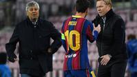 Pelatih Barcelona, Ronald Koeman (kanan), bersalaman dengan Lionel Messi (tengah). (AFP/Lluis Gene)