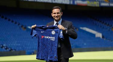Manajer Chelsea, Frank Lampard menunjukkan jersey Chelsea di Stadion Stamford Bridge, London, Inggris, Kamis (4/7/2019). Lampard telah resmi menjadi manajer Chelsea. (AP Photo/Matt Dunham)