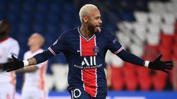 2. Neymar (6 gol) - Neymar tampil impresif bersama PSG saat mencetak hattrick ke gawang Istanbul Basaksehir di laga terakhir Grup H Liga Champions. Berkat hattricknya tersebut, Neymar telah mengoleksi enam gol dan bersaing dengan Erling Haaland. (AFP/Franck Fife)