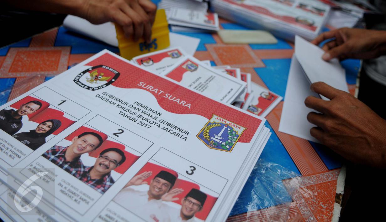 Sejumlah petugas menyelesaikan pekerjaan melipat surat suara Pilkada DKI Jakarta 2017 di Gudang Logistik KPU Jakarta Pusat, Senin (24/1). Saat ini ada 154 dus berisi surat suara tersimpan di gudang logistik KPU Jakarta Pusat. (Liputan6.com/Gempur M Surya)