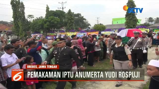 Jenazah Iptu Anumerta Yudi Rospuji Siswanto dimakamkan di Taman Makam Pahlawan Kusuma Tama, Brebes.