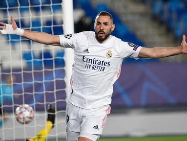 Striker Real Madrid, Karim Benzema baru saja bergabung dengan deretan pemain Eropa lainnya yang telah mencetak 70 gol atau lebih di Liga Champions. Gol ke-70 dicetaknya saat Real Madrid mengalahkan Atalanta 3-1 dalam laga leg kedua babak 16 besar. (AFP/Pierre-Philippe Marcou)