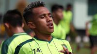 Penyerang Persebaya, Irfan Jaya, tampil dengan gaya rambut baru. (Bola.com/Aditya Wany)